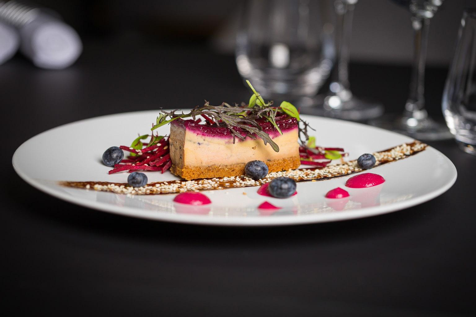 Compression de foie gras, fine gelée de cassis et salade de betteraves.