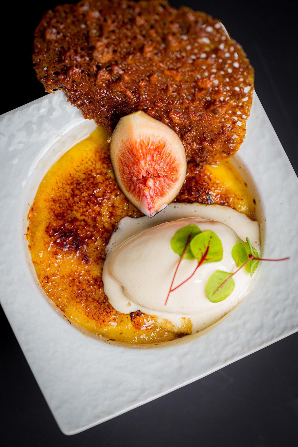 Crème brûlée au confit de figues et vanille, glace verveine.