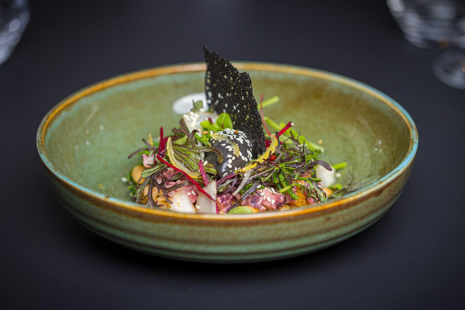 Raviole de gambas, bouillon dashi confit d'échalotes au soja gingembre mariné.