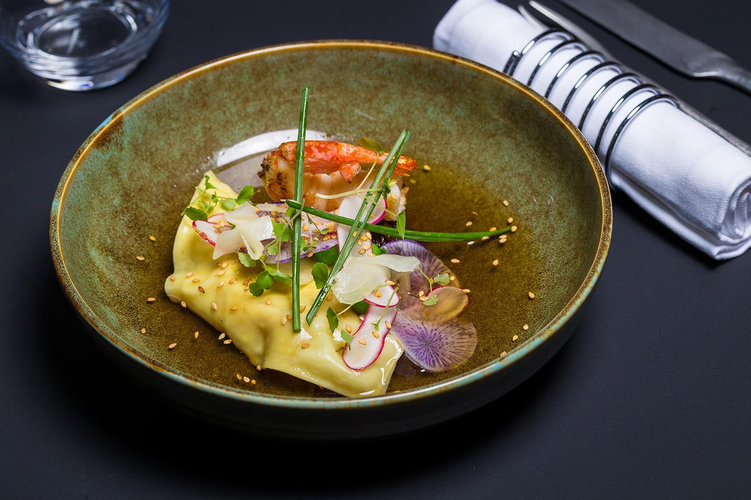 Ravioles de gambas bouillon dashi, confit d'échalotes au soja et gingembre-mariné restaurant La Part des Anges Castres